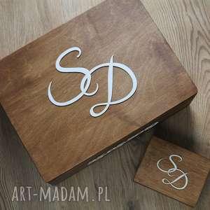 Zestaw pudełek z inicjałami, pudełko, drewno, obrączki, koperty, skrzynia,