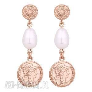 długie kolczyki z różowego złota z monetami i perłami