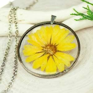 naszyjnik z kwiatów w cynowej ramce z384, biżuteria żywicy, kwiaty żywicy