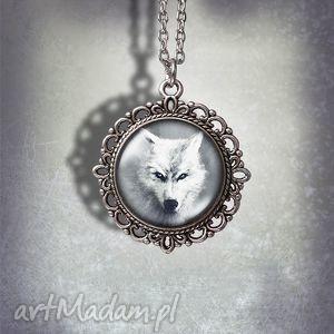 handmade naszyjniki medalion biały wilk - mystical guide zdobiony