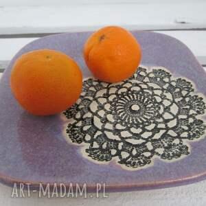 lawendowy talerzyk z koronką, fioletowy, koronkowy, mały, talerzyk, ceramiczny