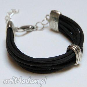 czarna bransoletka z linek kauczukowych elementami metalowymi, prezen, upominek