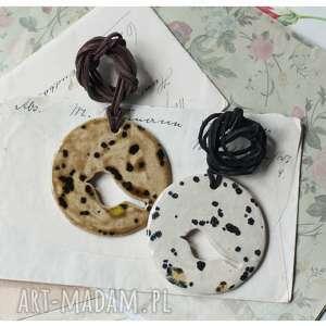 Zestaw nakrapianych wisiorków z ażurowym ptakiem, ceramika, wisior, ptak