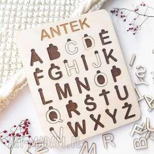 drewniany alfabet - ciemne tło, montessori, alfabet