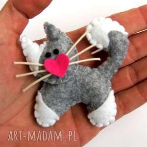 Szary kot w białe łaty broszka z filcu broszki tinyart filc, kot