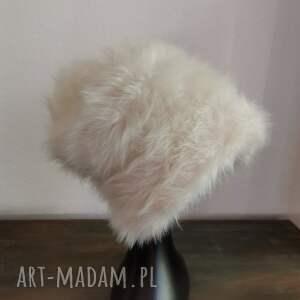 czapka biała futrzana na podszewce smerfetka, białe sztuczne futerko, duża