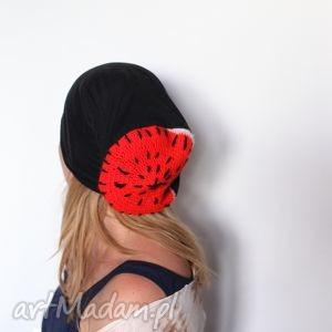 ręcznie wykonane czapki idą laski z tv, lakier na tipsach lśni