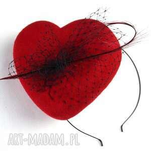 świąteczny prezent, czerwone serce, fascynator, toczek, filc, woalka