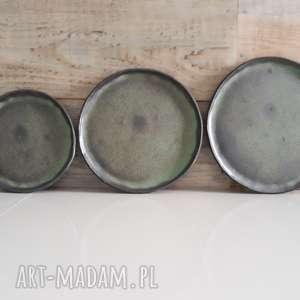 Zestaw trzech talerzy ceramicznych, ceramika, talerze, kuchnia, nakrycie-stołu