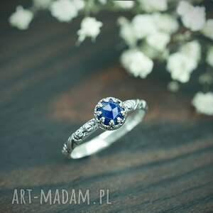 srebrny pierścionek z lapis lazuli i obrączką w róże, granatowym
