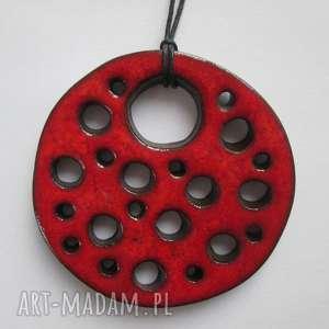 czerwony wisior z dziurami, etniczny, ceramiczny, duży, wisiorek, artystyczny