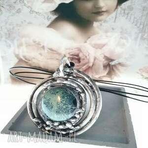 wisiorki zielony jaspis w otoczeniu miedzianej rurki, wisior, biżuteria