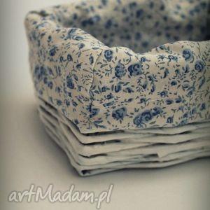 mały biały koszyk z wikliny papierowej, koszyk, wiklina, papierowa, kwiatuszki