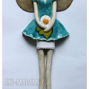 Anioł wiszący z trójlistną stokrotką, anioł, ceramika, stokrotka