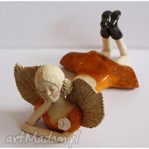 ceramika anioł leżący z broszką, anioł, aniołek, anielica