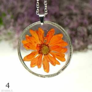 pomarańczowy naszyjnik z żywicy kwiatem z120, roślin, suszonych