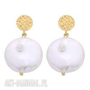 złote kolczyki z dużymi płaskimi perłami - płaskie