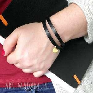 podwójna skórzana bransoletka ze złotym serduszkiem - idealna na prezent
