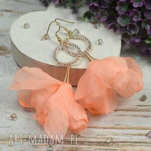 długie, zwiewne kolczyki kwiaty w przepięknym brzoskwiniowym odcieniu