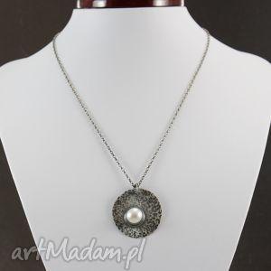 Perła w młotkowanym srebrze - wisior na łańcuszku, perła, naturalna, srebro