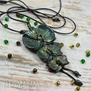 hand made wisiorki długi wisior orchidee w odcieniach butelkowej zieleni i dodatkiem