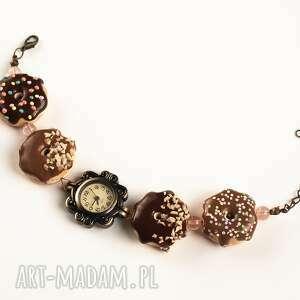 biżuteria zegarek na rękę ze słodkimi donutami czekoladowo-karmelowymi