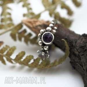 śliwkowy pierścionek, romantyczny, kuleczki, delikatny, ametyst, fiolet, drobny
