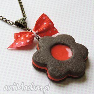czerwona kokarda - ciastko, kokarda, grochy, fimo, modelina, naszyjnik