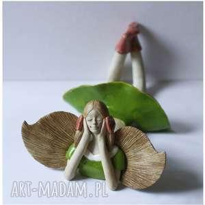 Anioł leżący zielony z kokardami, anioł, ceramika