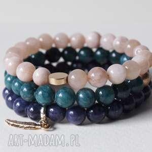 zestaw trzech bransoletek w pięknych kolorach, kobieta, biżuteria, bransoletki
