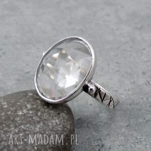 pierścionek kryształowa tafla, elegancki, błyszczący, kobiecy, geometryczny