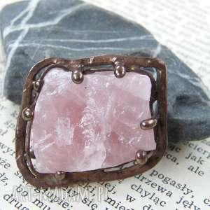 broszka: z naturalnym kwarcem różowym, broszka z kamieni, kwarc różowy