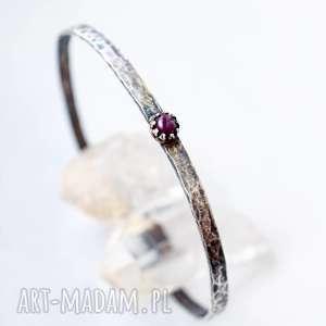 Minimalistyczna bransoleta z rubinem, srebro, minimalizm, młotkowana,