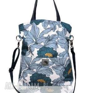 Duża niebieska torba w kształcie prostokąta na ramię lub skos, wzór kwiaty