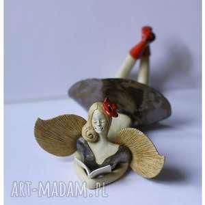 anioł leżący w czarnej sukni z makiem we włosach - ceramika, anioł