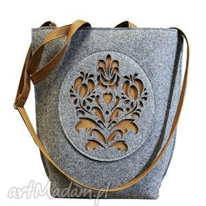 handmade na ramię filcowa rozetka