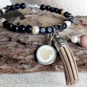 Efektowna bransoletka z zawieszkami :: perły, drewno, serce, chwost