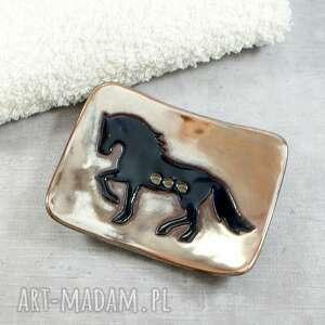 pod choinkę prezent, mydelniczka z koniem, koń, czarny