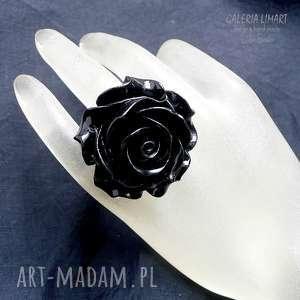 Różany pierścień. Uroczy, robiący wrażenie, duży, widoczny i uroczy pierścień hand