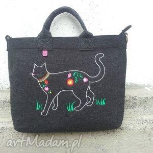 ręcznie wykonane na laptopa ciemna filcowa torba na której zamieszkał kot