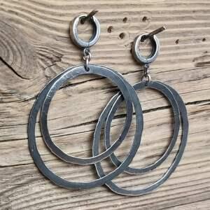 kolczyki srebrne, podwójne koła, metaloplastyka, srebro oksydowane