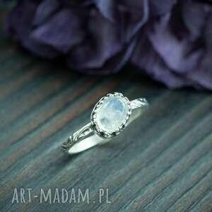 Srebrny pierścionek z kamieniem księżycowym w ażurowej oprawie