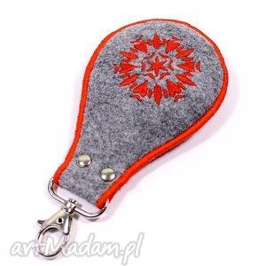 brelok z czerwonymi serduszkami, brelok, serce, haft, filc, walentynki, wyszywany