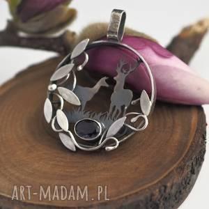 pod choinkę prezent, srebrny wisior w ciszy lasu, las, natura, sarenki, jeleń, fiolet