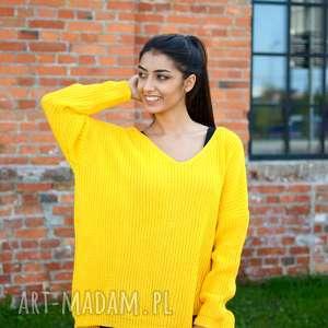 damski sweter oversize jesienny kanarkowy żółty. kobiecy z dekoltem w serek, zimowe