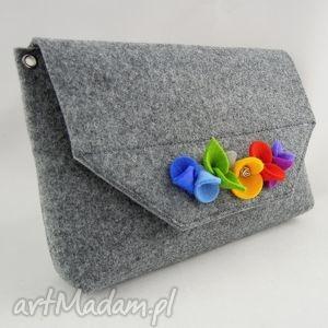 hand-made mała szara torebka kopertówka z kwiatkami filcu