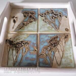 łąka podana na tacy 1, ceramika rękodzieło, drewniana taca ceramika, dekoracja