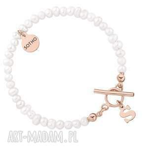 bransoletka z pereł naturalnych z literką z różowego złota