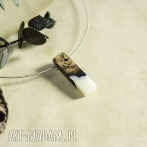 geometryczny wisior z żywicy i drewna, biżuteria
