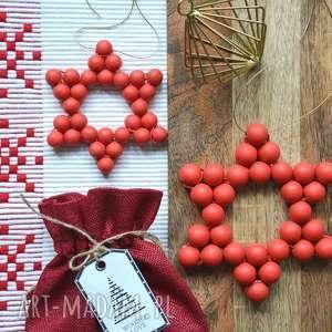 dekoracje duża i mała gwiazda czerwona, gwiazda, kulki, drewniana, choinka